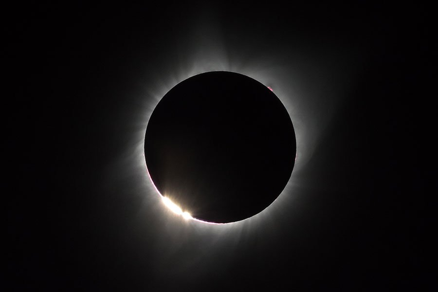 日食不是月亮遮蓋太陽光線那麼簡單的現象。(Bernd Thaller/Flickr)