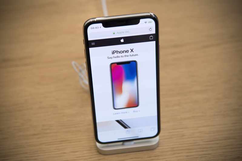 2017年11月3日,倫敦蘋果旗艦店展示的iPhone X。(Carl Court/Getty Images)