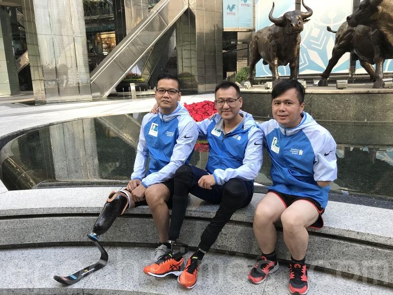 正備戰明年渣馬的三位截肢跑手昨日出席分享會,鼓勵其他殘障人士,笑對人生失意,並勇於挑戰「不可能」。左起:鄺遠興、胡斯俊、岑幸富。(王文君/大紀元)
