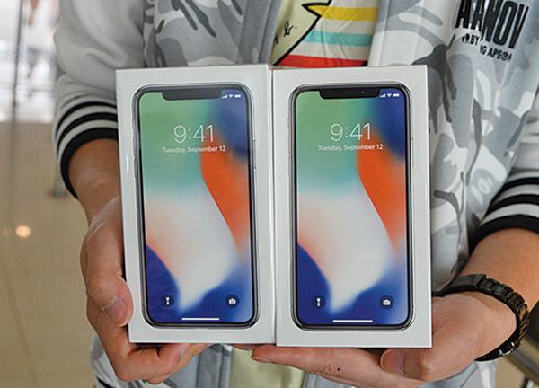 美國蘋果公司推出的新一代手機、10周年版iPhone X,明年第一季的需求將比預期下修四成。(宋碧龍/大紀元)