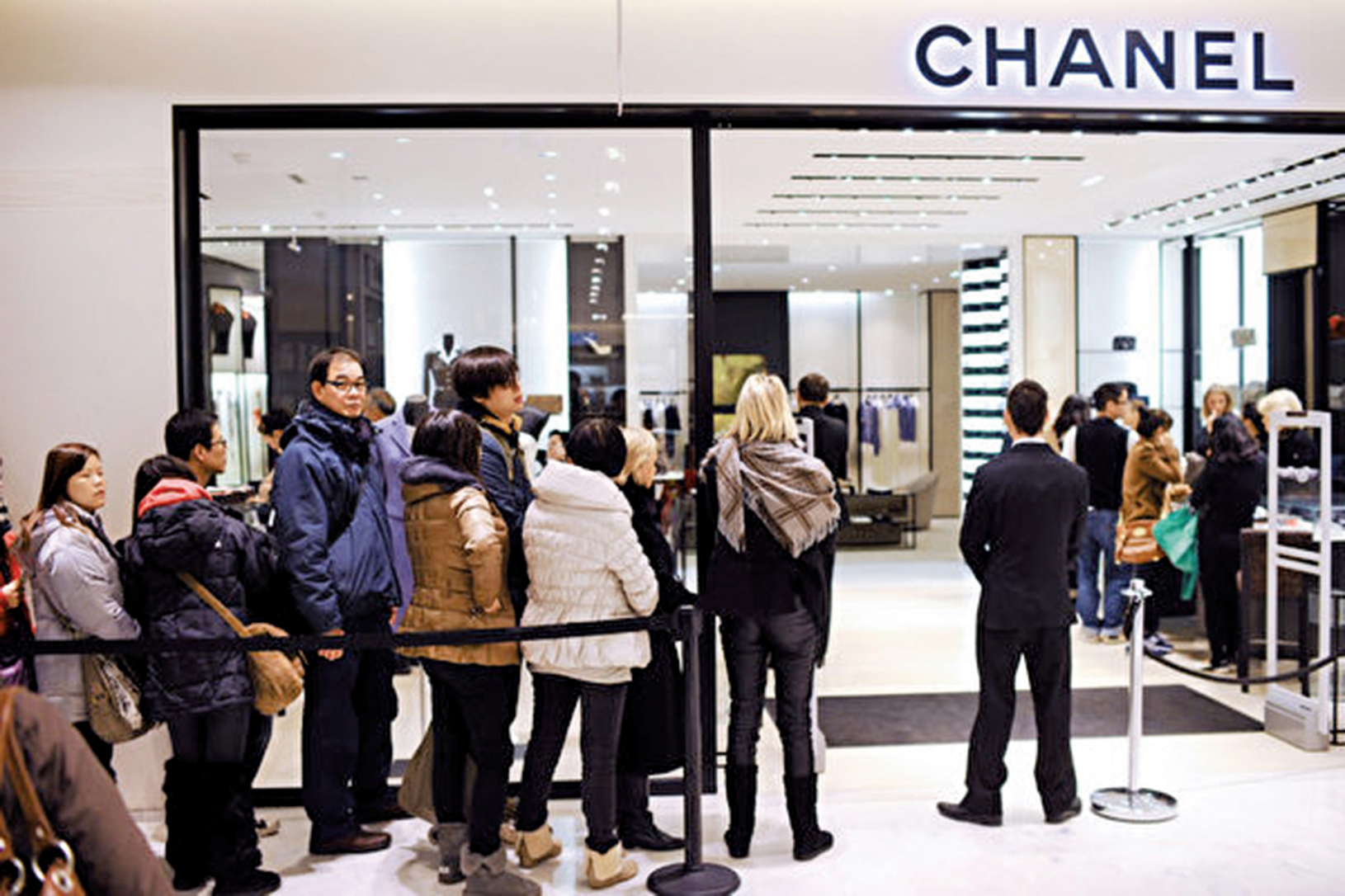 法國巴黎一間百貨公司,民眾排隊準備入內購物。(Getty Images)