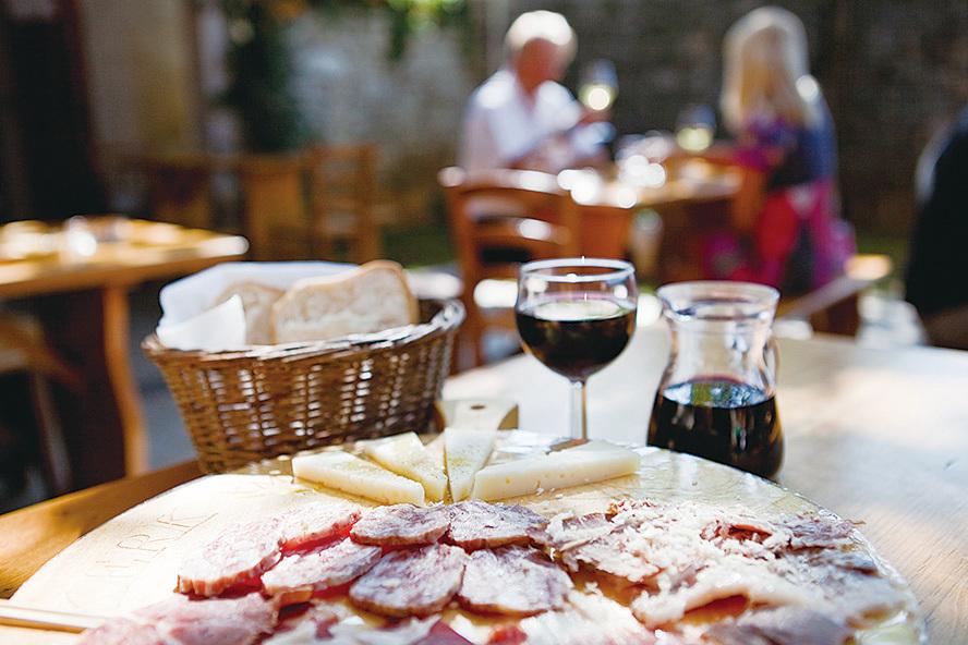 參加「弗留利-威尼斯朱利亞美酒佳餚之旅」可體驗當地的美酒佳餚。(意大利旅遊局提供)