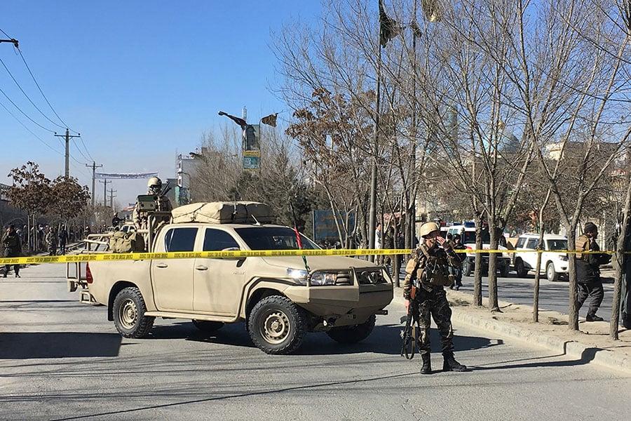 阿富汗首都喀布爾(Kabul)今天(28日)發生自殺炸彈襲擊事件,造成至少40人死亡、30人受傷。圖為阿富汗安全人員到案發現場戒備。(AFP PHOTO/SHAH MARAI)
