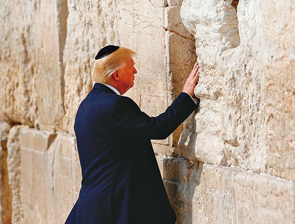 特朗普是首位在任時訪問「哭牆」的美國總統。附近的高鐵車站未來將成為「特朗普」站。(AFP)