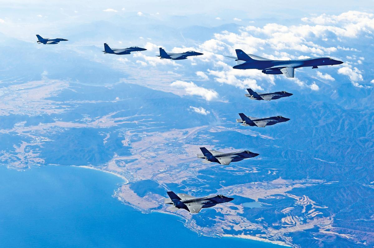 12月6日,美、韓空軍史上最大規模「警戒王牌」聯合軍演中,美國空軍B-1B轟炸機飛越朝鮮半島。(Getty Images)