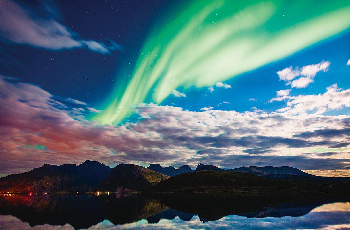 挪威北部北極圈內羅弗敦群島(Torsfjorden)上的極光,攝於2017年9月8日。    (JONATHAN NACKSTRAND/AFP/Getty Images)