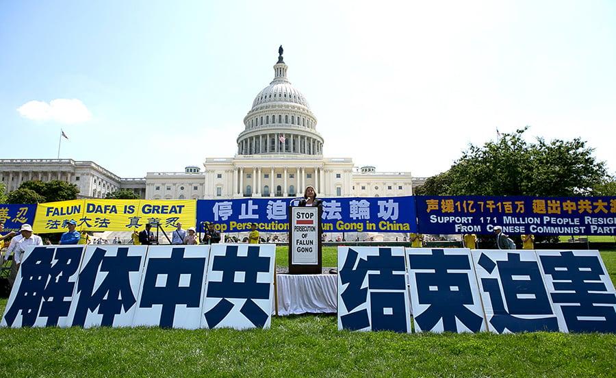 7月20日,美國東部部分法輪功學員在首都國會山舉行大型集會,呼籲制止中共對法輪功持續十八年的的迫害。(李莎/大紀元)