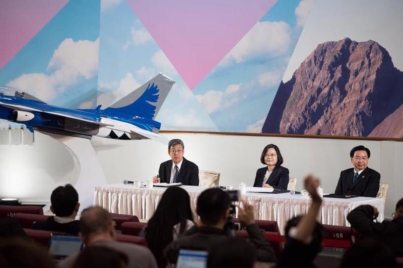 台灣總統蔡英文(中)12月29日參訪中科院研發展示館,與媒體年終茶敘談話時表示,將持續強化國防戰力,守護國家安全。(蔡英文Facebook圖片)