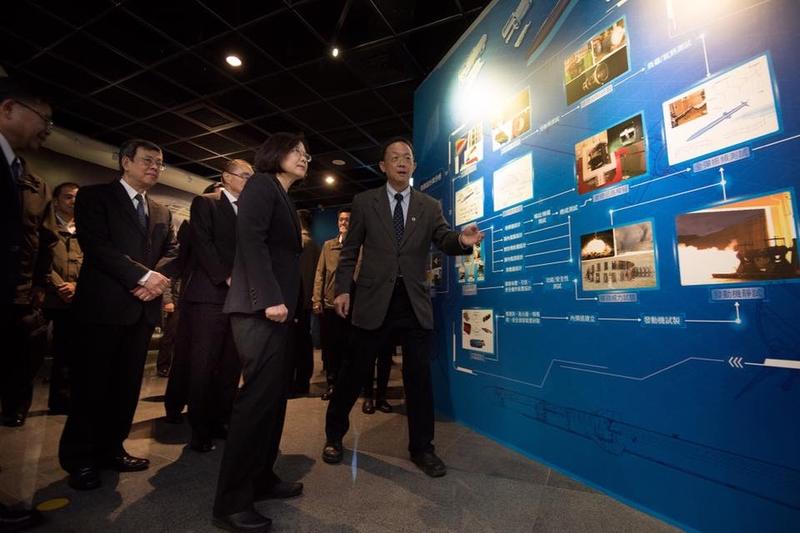 台灣總統蔡英文12月29日參訪中科院研發展示館。(蔡英文Facebook圖片)