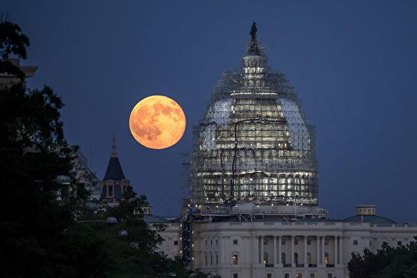 明(2018)年的第一天,美國將迎來這一年的第一個超級月亮,錯過了沒關係,因為緊接著明年1月的最後一天又有一個超級月亮(藍月亮)。圖為2015年7月 31日的藍月亮。(NASA/Bill Ingalls)