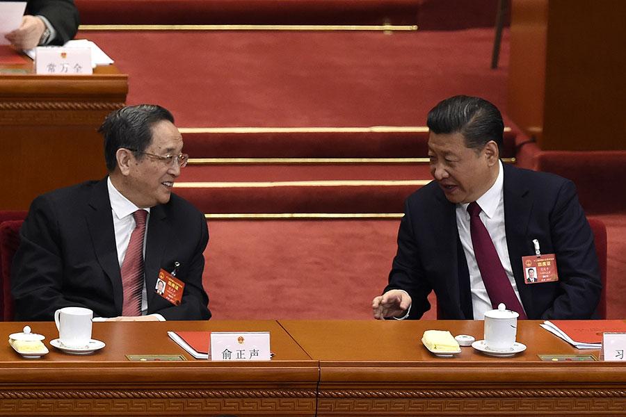 中共政協新年茶話會時,習近平專門走上台與俞正聲等政協領導人握手。圖為習近平(左)與俞正聲參加2017年的中共兩會。(WANG ZHAO/AFP/Getty Images)