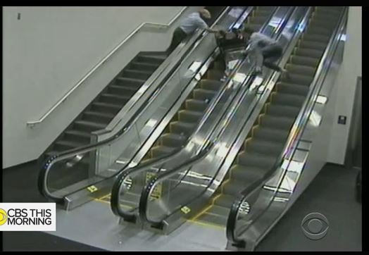 老婦坐輪椅滾下自動扶梯身亡 航空公司遭訴