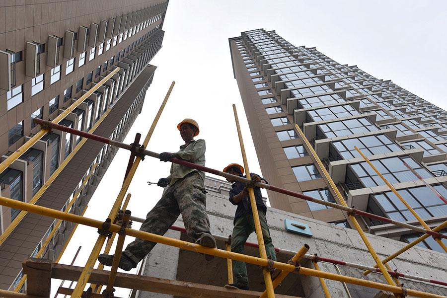 圖為北京一個興建中的樓盤。圖片攝於2017年8月15日。(GREG BAKER/AFP/Getty Images)