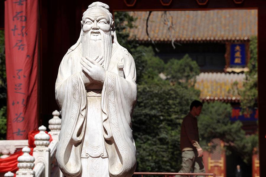 圖為北京孔廟的孔子像。(LIU JIN/AFP/Getty Images)