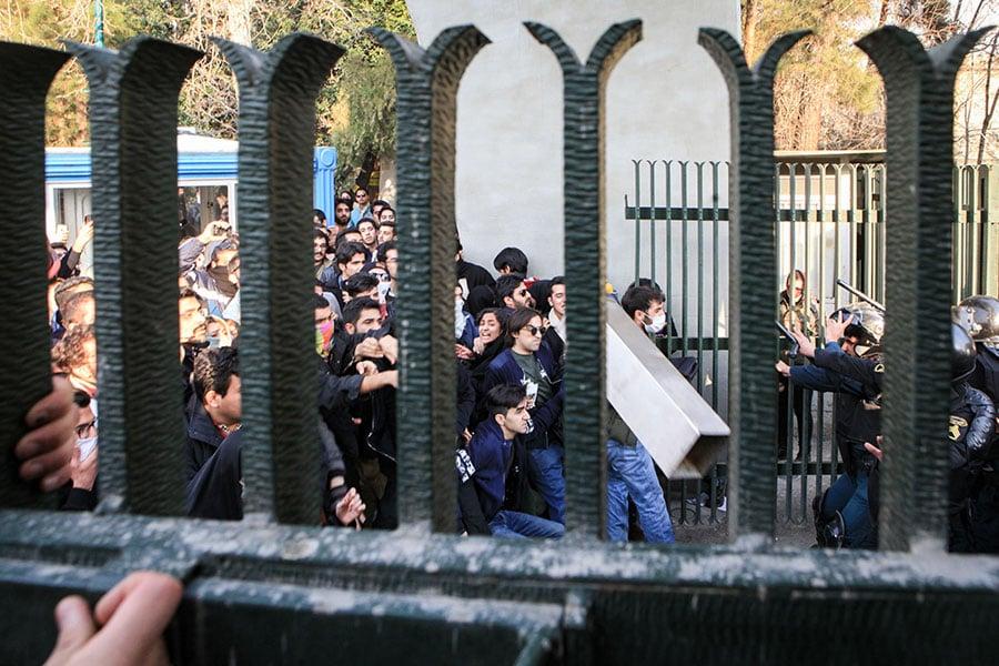 德黑蘭大學學生抗議暴政。(STR/AFP/Getty Images)