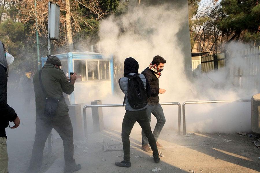 伊朗德黑蘭大學學生加入抗議活動。(STR/AFP/Getty Images)
