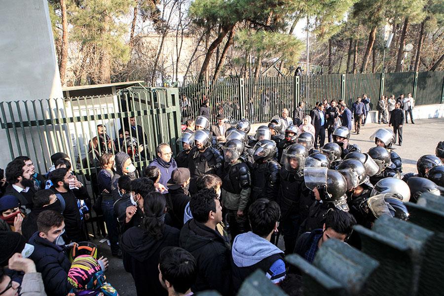 星期六,伊朗反獨裁政權的抗議活動進入第三天,成百上千示威群眾走上街頭高喊「獨裁者去死」。美國總統特朗普再發推文說「高壓政權無法持久」,「世界都在看」。(STR/AFP/Getty Images)