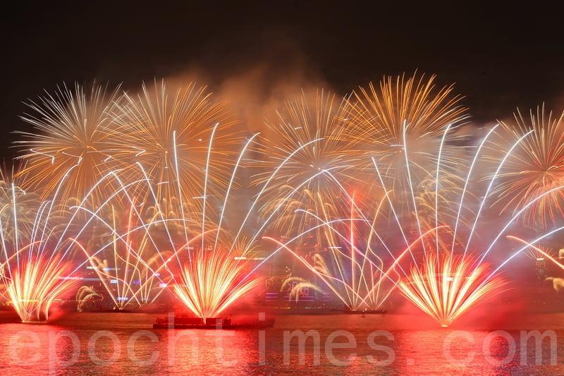 香港維多利亞港在2018年即將到來前舉行倒數活動,2018年一到來,維多利亞港上演了煙花表演,維港上空綻放著奪目的煙花。(宋碧龍/大紀元)