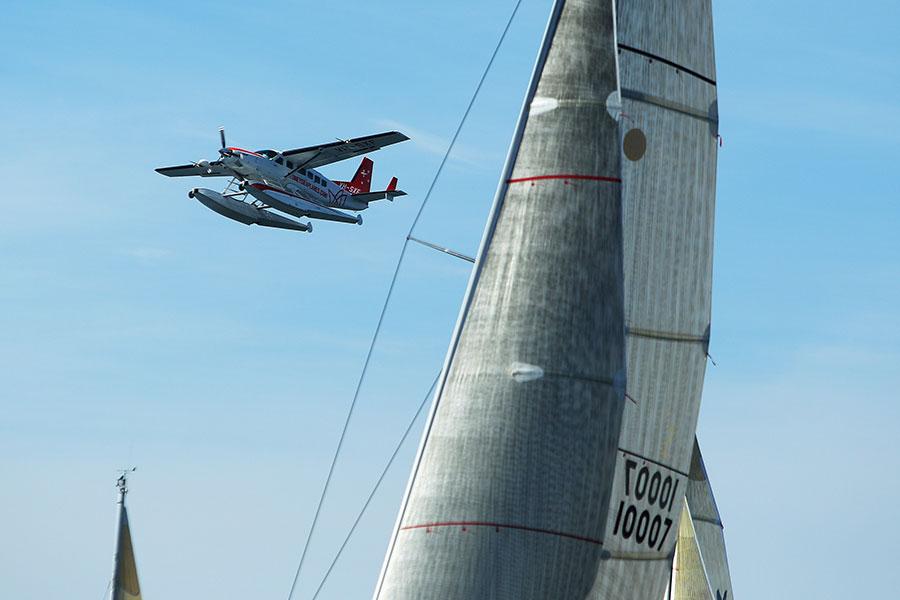 「悉尼水上飛機」(Sydney Seaplanes)公司的一架飛機12月31日在霍克斯伯里河(Hawkesbury River)上墜毀。圖為悉尼的一艘越過遊艇的水上飛機示意圖,並非出事的飛機。(Cameron Spencer/Getty Images)