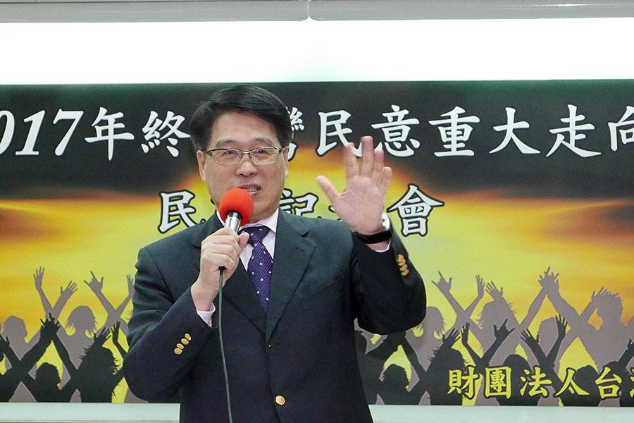 台灣民意基金會董事長游盈隆表示,從共機繞台的民調可觀察到,台灣人在面對中共的時候,會變得特別團結。(郭曜榮/大紀元)