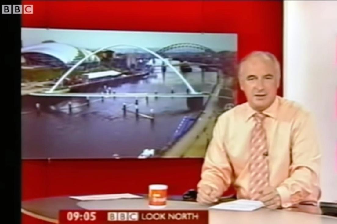人們經常會見到高速飛行的UFO。圖為BBC新聞實況畫面中出現UFO。(UFOrbs視像擷圖)