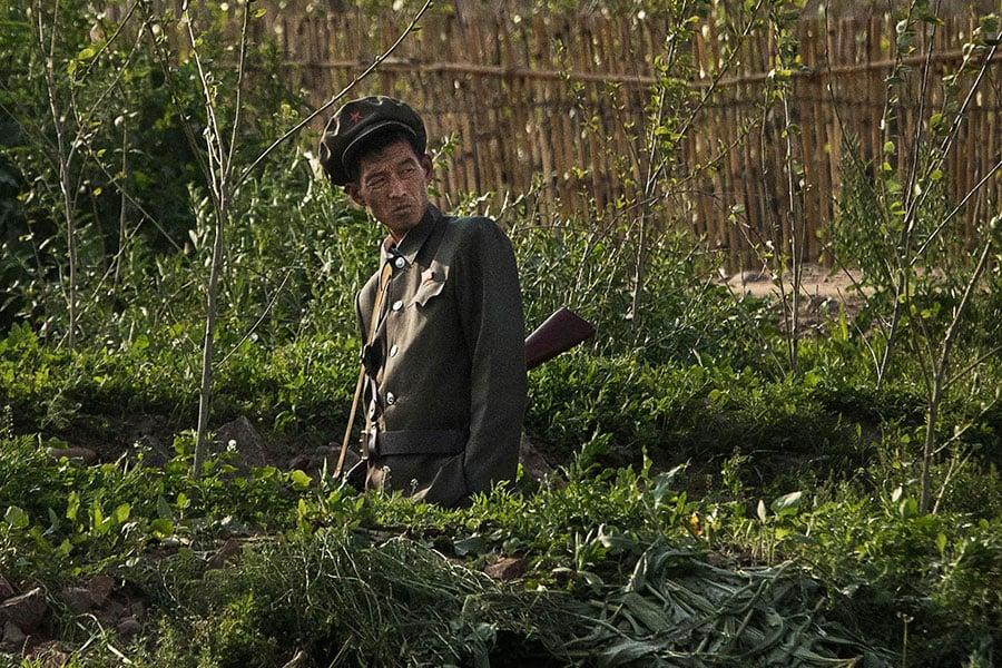 一名消瘦的北韓士兵在中、朝邊境的鴨綠江岸守衛。(Kevin Frayer/Getty Images)