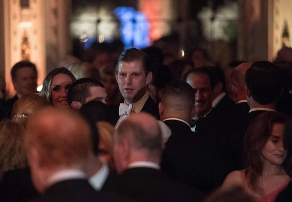 特朗普的兒子埃里克・特朗普(Eric Trump)於2017年12月31日參加在佛羅里達州棕櫚灘瑪拉阿拉戈度假村舉行的新年派對。(NICHOLAS KAMM/AFP/Getty Images)