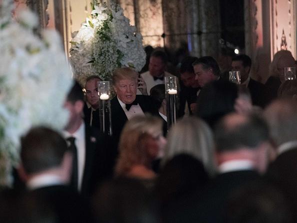 美國總統特朗普12月31日晚參加在佛羅里達州棕櫚灘瑪拉阿拉戈度假村舉行的新年派對。(NICHOLAS KAMM/AFP/Getty Images)