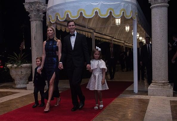 伊萬卡與丈夫庫什納及他們的孩子阿拉貝拉和約瑟夫,參加在佛羅里達州棕櫚灘瑪拉阿拉戈度假村舉行的新年派對。(NICHOLAS KAMM/AFP/Getty Images)