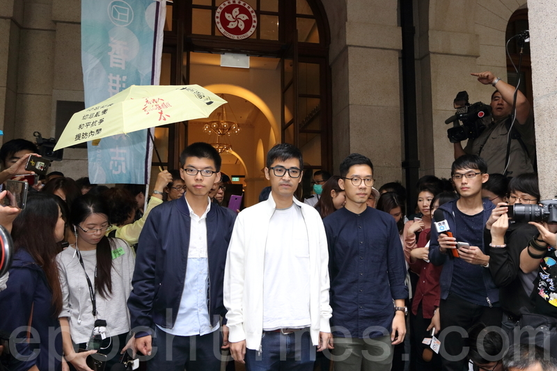 雨傘運動學生領袖黃之鋒、羅冠聰及周永康,因「公民廣場」案遭香港律政司覆核刑期並被改判6 至8 個月監禁,震驚國際。(大紀元資料圖片)