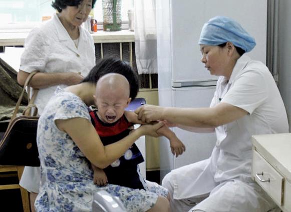 大陸多地爆發流感疫情,發病人群多為兒童。圖為北京一小孩接種流感疫苗。(Getty Images)