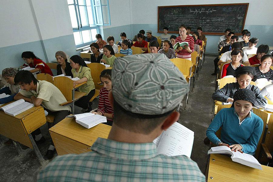 中共建了伊斯蘭教學校,學制5年,而且免費,到1992年,已經有3萬多維族人就讀過。(Frederic J. Brown/Getty Images)