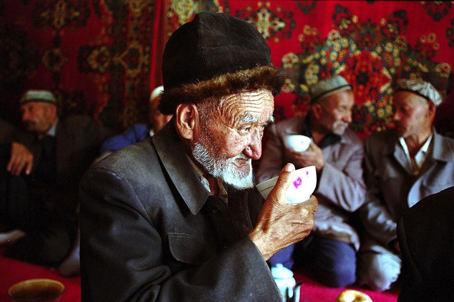 維族人喜歡喝酒,也不常上清真寺,當時許多農民沒有受過教育,上級要求去清真寺也就照辦。(Kevin Lee/Getty Images)