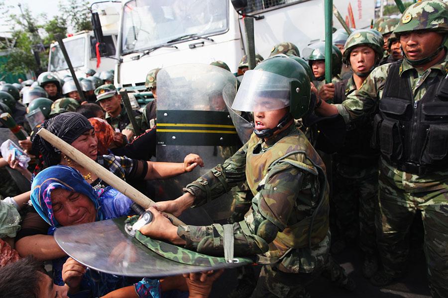 七五事件起初只是一場示威活動,最後演變成暴力襲擊。而這背後的促成因素被指竟是烏魯木齊市政府。(Guang Niu/Getty Images)