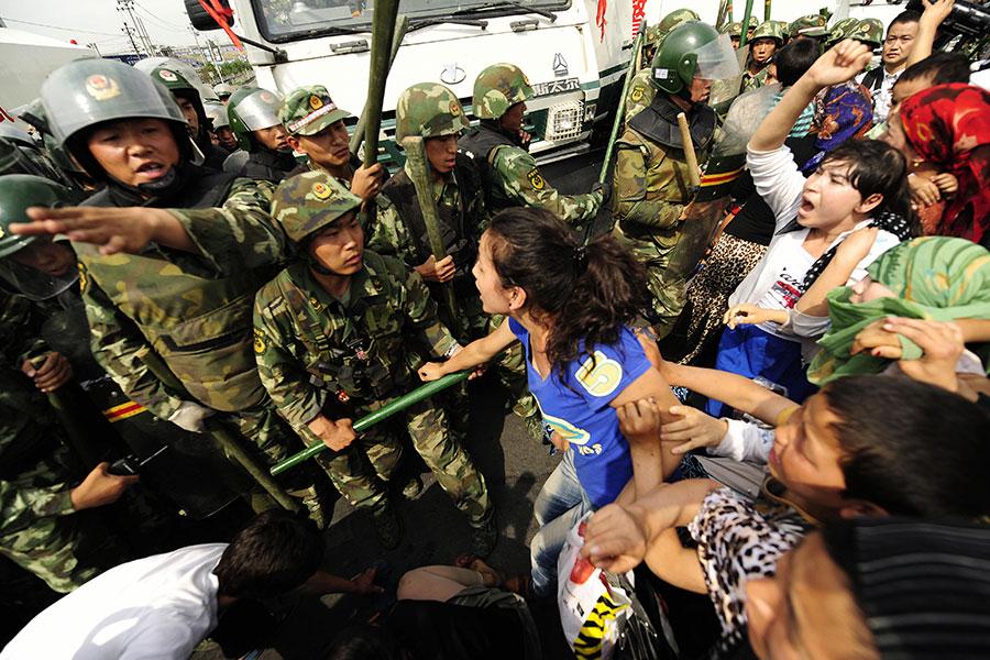 七五事件起初只是一場示威活動,最後演變成暴力襲擊。而這背後的促成因素被指竟是烏魯木齊市政府。(PETER PARKS/AFP/Getty Images)