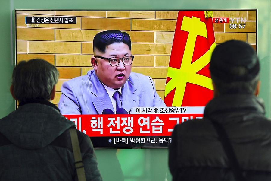 北韓領導人金正恩在2018年1月1日發表新年致詞時,對美韓兩國採取迥然不同的態度。圖為南韓首爾火車站的電視在播放這條消息。(JUNG Yeon-Je/AFP)