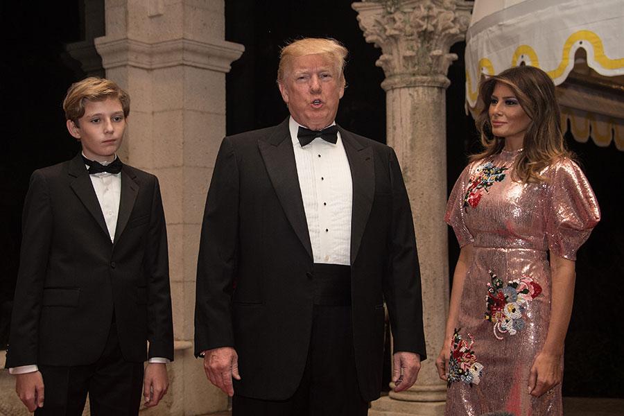 美國總統特朗普攜第一夫人及小兒子於2017年最後一天在海湖莊園參加新年聚會。(AFP PHOTO/NICHOLAS KAMM)