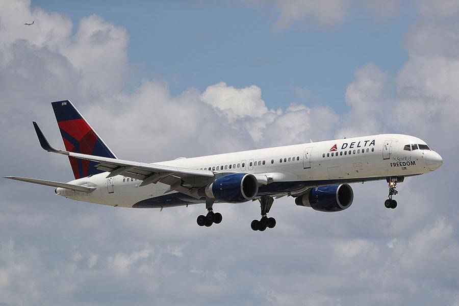 上周六(2017年12月30日),一個達美航班的機長在空中發現駕駛艙內有一隻鳥,決定折返底特律。圖為達美班機示意圖。(Joe Raedle/Getty Images)
