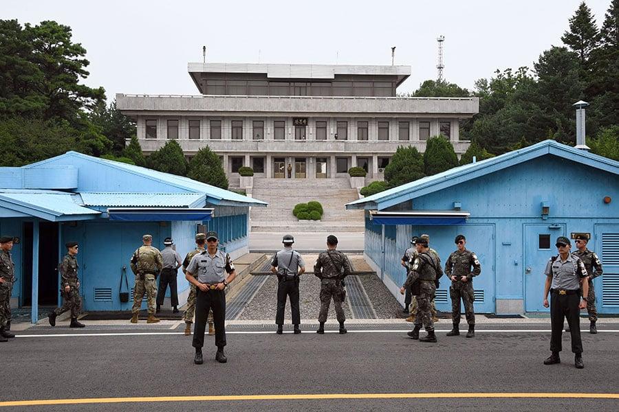 南韓政府在1月2日提議,與北韓在板門店舉行高層會談,以商討奧運事宜。圖為板門店的美韓士兵。(JUNG YEON-JE/POOL/AFP)
