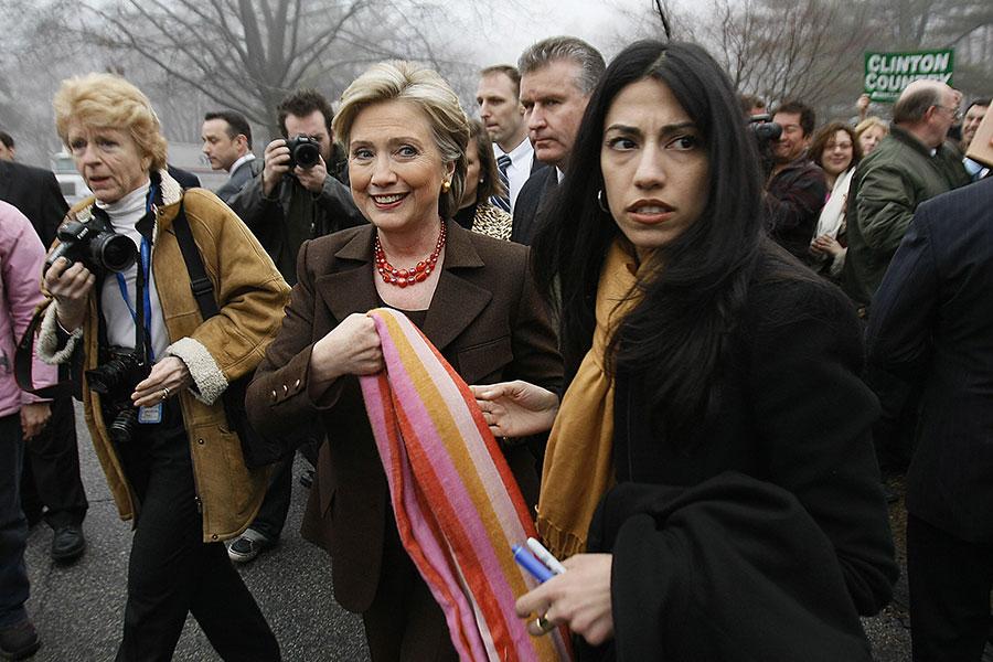 美國總統特朗普周二(1月2日)對希拉莉的助手阿貝丁(Huma Abedin,右一)窮追猛打,呼籲司法部調查她處理機密文件的不安全行為。(ROBYN BECK/AFP/Getty Images)