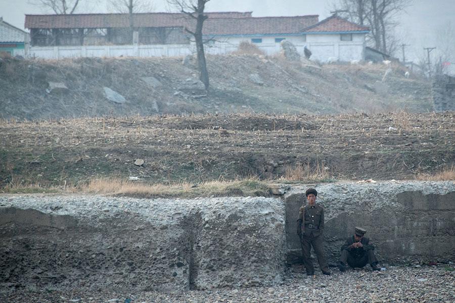 據南韓媒體報道,由於國際制裁及乾旱,北韓或已出現糧食不足現象,即使是部隊也陷入食物短缺困境,讓士兵「放假」好幾個月,讓他們外出找糧食。(JOHANNES EISELE/AFP/Getty Images)