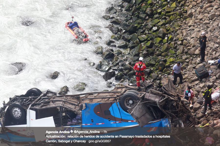 秘魯一輛巴士周二(1月2日)衝出海岸公路、墜入懸崖。當地警方和消防官員表示,事件已造成至少36人遇難。圖為出事的巴士。(twitter.com/Agencia_Andina)