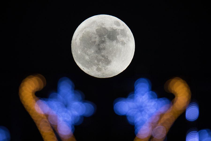 踏入2018年,在1月1日抬頭望向星空,會發覺一輪大滿月亮懸掛,散發著清麗的光芒,這是今年第一個超級月亮。(Matt Cardy/Getty Images)
