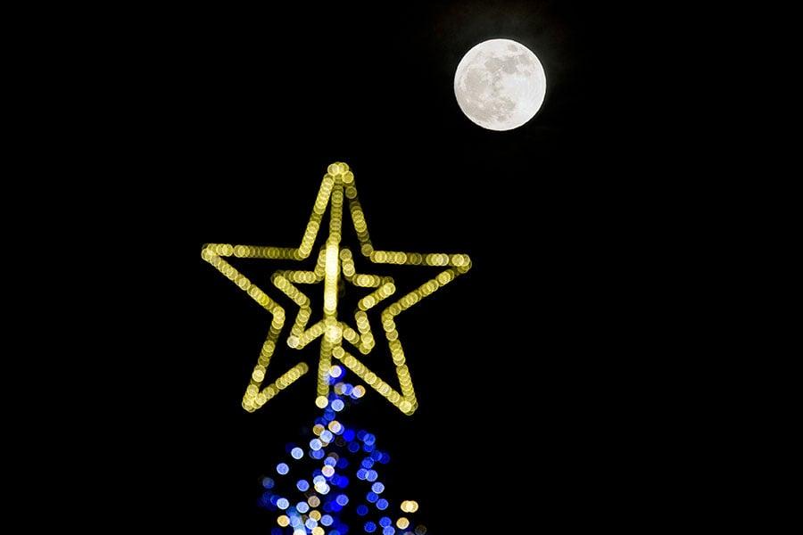保加利亞首都的超級月亮。(DIMITAR DILKOFF/AFP/Getty Images)