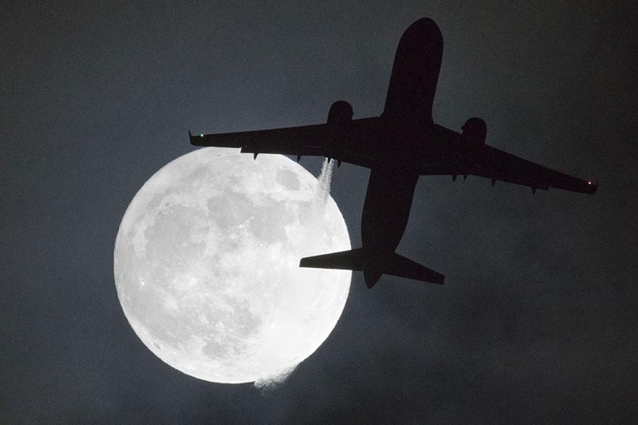 倫敦希斯路機場的超級月亮。(JUSTIN TALLIS/AFP/Getty Images)