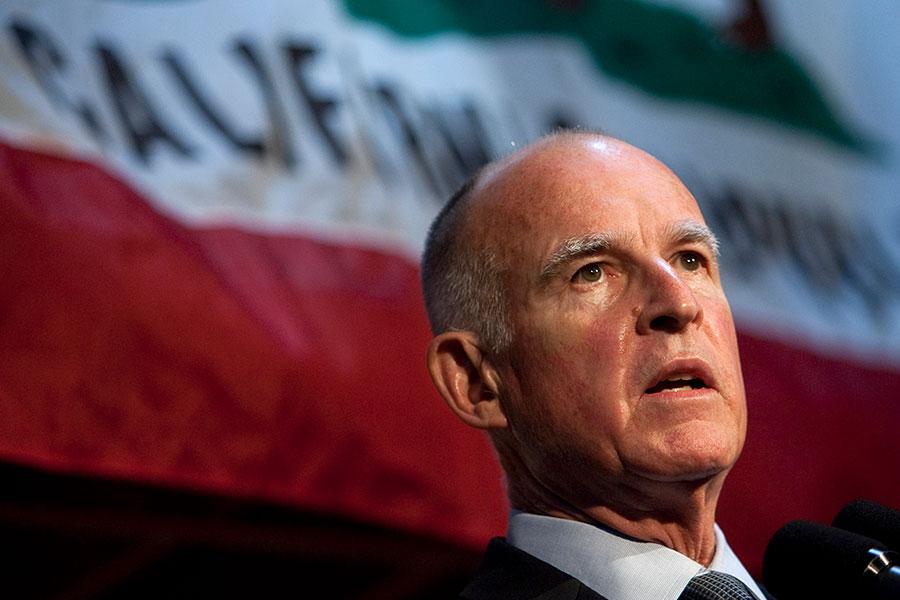在加州州長簽署法律讓加州成為庇護州之後,加州高速公路上驚現寫有「官方庇護州」。這些牌子似乎是惡作劇人士掛上去的,意在諷刺加州的新法律。圖為加州州長布朗。(David Paul Morris/Getty Images)