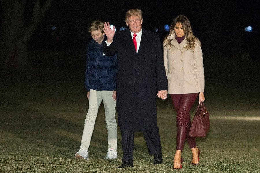 1月1日晚,特朗普、第一夫人和他們的兒子巴倫返回白宮。(Chris Kleponis-Pool/Getty Images)
