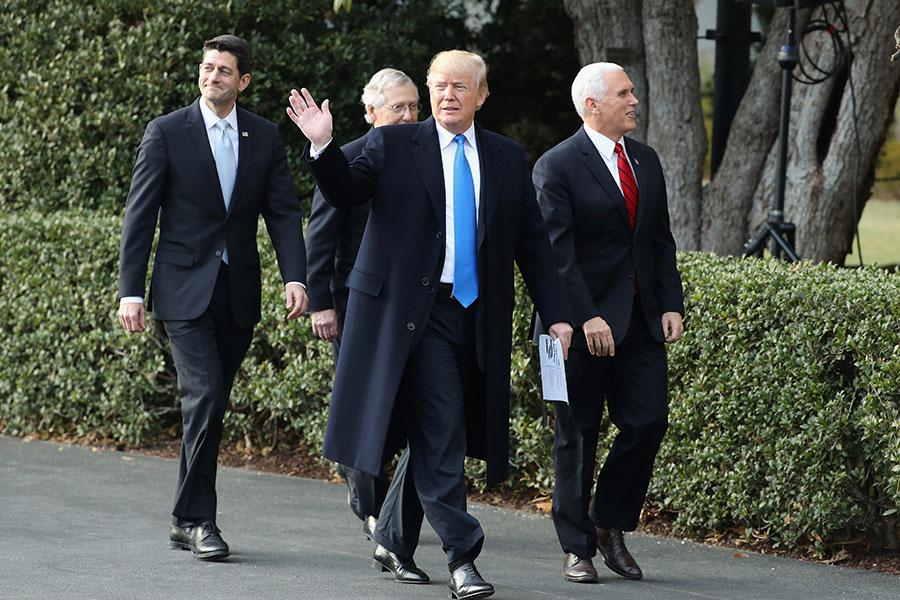 美國總統特朗普1月1日晚返回白宮,國會1月8日復會。2018年,特朗普和國會將面臨幾項國內外重大政策計劃的討論和決策以及今年11月的中期選舉。圖為(從左到右)眾議院議長瑞安、參議院多數黨領袖麥康奈爾、總統特朗普和副總統彭斯。(Chip Somodevilla/Getty Images)