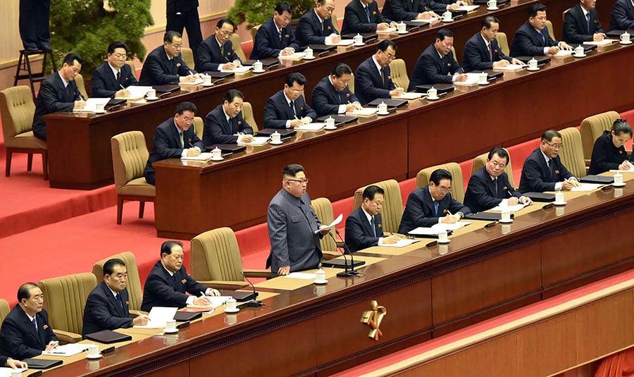 《韓國時報》報道說,金正恩可能會派妹妹金與正(前右一)率領北韓代表團參加平昌奧運會。圖為金正恩(中間站立者)於2017年12月21日出席勞動黨第五屆支部委員長大會。(KCNA VIA KNS/AFP)