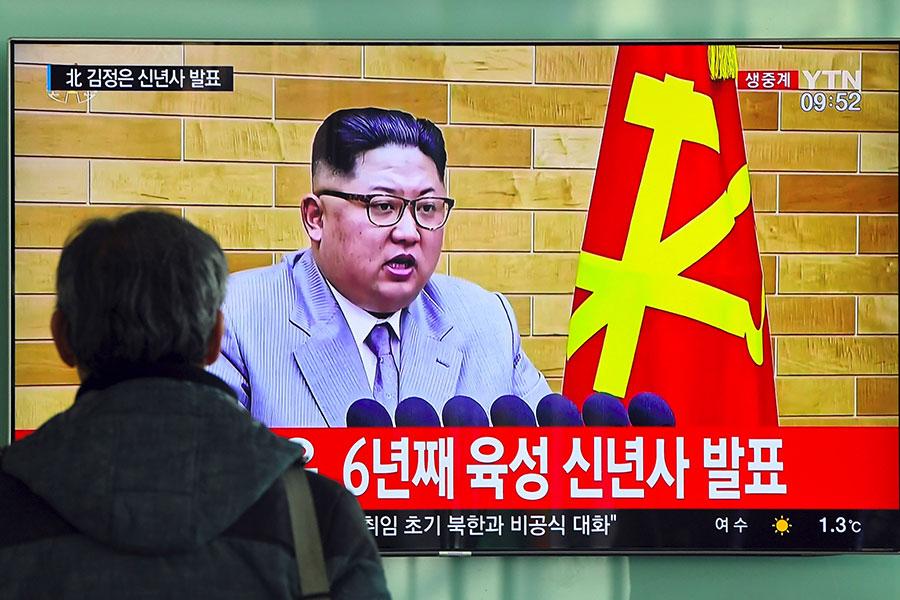 北韓宣佈1月3日開放與南韓的邊界熱線。圖為南韓首爾火車站的電視在播放金正恩的新年致辭。(JUNG YEON-JE/AFP/Getty Images)